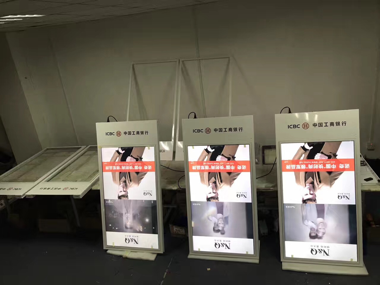 大唐商显提供工商银行43寸吊挂式双屏液晶广告机