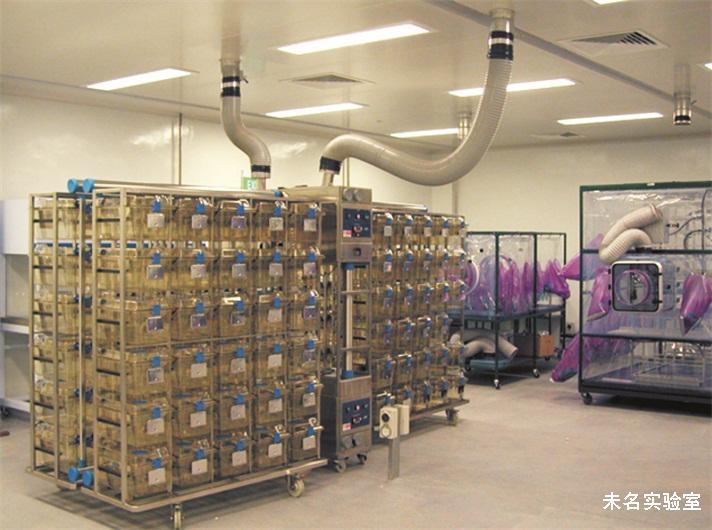 实验动物指经人工饲育,对其携带微生物实行控制,遗传背景明确或者来源清楚的用于科学研究、教学、生产、检定以及其他科学实验的动物。动物实验室以实验动物为对象进行生物医学研究、安全性测试、生物制剂生产等。 动物实验室环境及设施 选址:实验动物繁育、生产及实验场所应避开自然疫源地。宜选在环境空气质量及自然环境条件较好的区域。宜远离铁路、码头、飞机场、交通要道以及散发大量粉尘和有害气体的工厂、贮仓、堆场等有严重空气污染、振动或噪声干扰的区域。若不能远离上述区域则应布置在当地夏季最小频率风向的下风側。实验动物繁育、